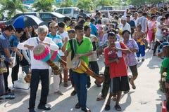 Samutprakarn THAILAND - OKTOBER 28: folket spelar musik och den thailändska traditionella dansen för slut av buddisten Lent Day p Royaltyfri Bild