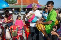 Samutprakarn THAILAND - OKTOBER 28: folket spelar musik och den thailändska traditionella dansen för slut av buddisten Lent Day p Arkivbilder
