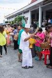 SAMUTPRAKARN THAILAND - OKTOBER 09: gamala män klär som en deva sammanfogar på buddistiska munkar för slut av buddisten Lent Day  Arkivfoto
