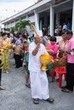 SAMUTPRAKARN THAILAND - OKTOBER 09: gamala män klär som en deva sammanfogar på buddistiska munkar för slut av buddisten Lent Day  Royaltyfri Bild