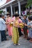 SAMUTPRAKARN THAILAND - OKTOBER 09: kvinnor klär som en thai gudinna sammanfogar på buddistiska munkar för slut av buddisten Lent Arkivfoton