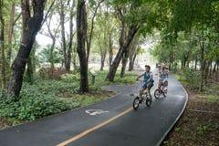 SAMUTPRAKRAN,泰国- 5月12 :孩子乘驾自行车在公园, 免版税图库摄影