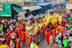 SAMUTSAKHON,泰国:5月31日:金黄做r的龙和狮子 免版税库存图片