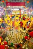 SAMUTSAKHON, ТАИЛАНД 11-ОЕ МАЯ: Неопознанное поклонение людей во время Стоковые Фото