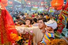SAMUTSAKHON, ТАИЛАНД 31-ОЕ МАЯ: Неопознанное поклонение людей во время стоковое фото rf
