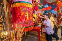 SAMUTSAKHON, TAILÂNDIA 31 DE MAIO: Adoração não identificada dos povos durante imagens de stock royalty free