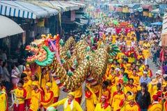 SAMUTSAKHON, TAILÂNDIA: 31 DE MAIO: Dragão dourado e leão que fazem r Foto de Stock