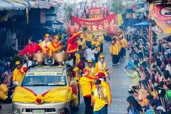 SAMUTSAKHON, TAILÂNDIA: 31 DE MAIO: Dragão dourado e leão que fazem r imagens de stock royalty free