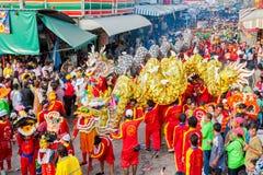 SAMUTSAKHON, TAILÂNDIA: 31 DE MAIO: Dragão dourado e leão que fazem r Fotos de Stock