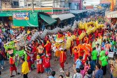 SAMUTSAKHON, TAILÂNDIA: 31 DE MAIO: Dragão dourado e leão que fazem r Imagem de Stock Royalty Free