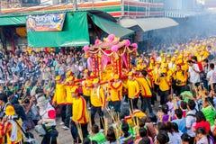 SAMUTSAKHON, TAILÂNDIA: 31 DE MAIO: Dragão dourado e leão que fazem r Fotos de Stock Royalty Free