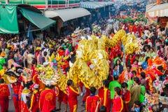 SAMUTSAKHON, TAILÂNDIA: 31 DE MAIO: Dragão dourado e leão que fazem r fotografia de stock royalty free