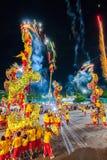 SAMUTSAKHON, TAILÂNDIA: 31 DE MAIO: Mostra dourada do dragão no samutsak imagem de stock