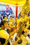 SAMUTSAKHON, TAILANDIA 11 DE MAYO: Adoración no identificada de la gente durante Imagen de archivo libre de regalías