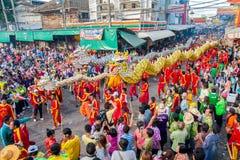 SAMUTSAKHON, TAILANDIA: 31 MAGGIO: Drago dorato e leone che fanno la r Immagine Stock