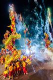 SAMUTSAKHON, TAJLANDIA: MAJ 31: Złoty smoka przedstawienie w samutsak zdjęcie stock