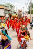 SAMUTSAKHON-THAILAND, 2008年5月11日:金黄龙和狮子做 库存照片