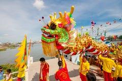 SAMUTSAKHON-THAILAND, 2008年5月11日:金黄龙和狮子做 库存图片