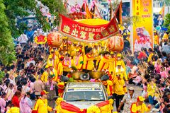 SAMUTSAKHON-THAILAND, 2008年5月11日:金黄龙和狮子做 免版税库存照片