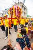 SAMUTSAKHON-THAILAND, 11-ОЕ МАЯ 2008: Золотой дракон и делать льва Стоковое Изображение RF