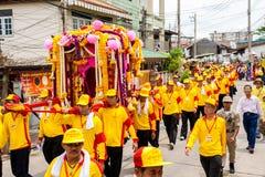 SAMUTSAKHON-THAILAND, EL 11 DE MAYO DE 2008: Dragón de oro y el hacer del león Imagen de archivo libre de regalías