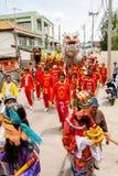 SAMUTSAKHON-THAILAND, L'11 MAGGIO 2008: Drago dorato e fare del leone Fotografie Stock