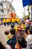 SAMUTSAKHON-THAILAND, L'11 MAGGIO 2008: Drago dorato e fare del leone Fotografia Stock