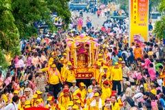 SAMUTSAKHON-THAILAND, AM 11. MAI 2008: Goldener Drache und Löwehandeln Lizenzfreie Stockfotos
