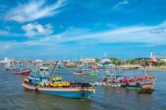 SAMUTSAKHON-THAILAND, AM 11. MAI 2008: Goldener Drache und Löwehandeln Stockfotos