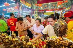 SAMUTSAKHON, THAILAND 31. MAI: Nicht identifizierte Leuteanbetung während stockfotos