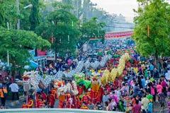 SAMUTSAKHON THAILAND: MAJ 31: Guld- drake och lejon som gör r Arkivbild