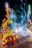 SAMUTSAKHON THAILAND: MAJ 31: Guld- drakeshow i samutsak Arkivfoto