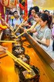 SAMUTSAKHON THAILAND-MAY 11: Oidentifierad folkdyrkan under Royaltyfri Bild