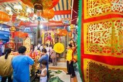 SAMUTSAKHON THAILAND-MAY 11: Oidentifierad folkdyrkan under Arkivbild