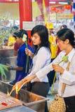 SAMUTSAKHON THAILAND-MAY 11: Oidentifierad folkdyrkan under Fotografering för Bildbyråer