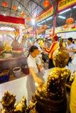 SAMUTSAKHON THAILAND-MAY 11: Oidentifierad folkdyrkan under Royaltyfri Foto