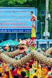 SAMUTSAKHON THAILAND-MAY 11: Oidentifierad folkdyrkan under Arkivfoton