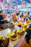 SAMUTSAKHON THAILAND-MAY 11: Oidentifierad folkdyrkan under Royaltyfri Fotografi