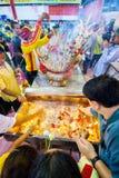 SAMUTSAKHON, 11 THAILAND-MEI: De niet geïdentificeerde mensen aanbidden tijdens stock afbeelding