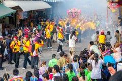 SAMUTSAKHON, THAILAND: 31 MEI: Gouden draak en Leeuw die r doen stock fotografie