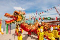 SAMUTSAKHON-THAILAND, O 11 DE MAIO DE 2008: Dragão dourado e fazer do leão Fotos de Stock Royalty Free