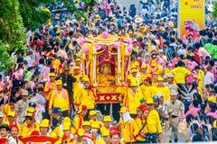 SAMUTSAKHON-THAILAND, O 11 DE MAIO DE 2008: Dragão dourado e fazer do leão imagem de stock royalty free