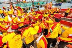 SAMUTSAKHON-THAILAND, O 11 DE MAIO DE 2008: Dragão dourado e fazer do leão Fotografia de Stock Royalty Free