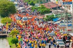 SAMUTSAKHON-THAILAND, O 11 DE MAIO DE 2008: Dragão dourado e fazer do leão Fotografia de Stock