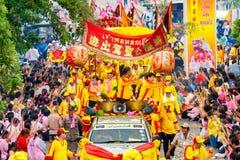SAMUTSAKHON-THAILAND, O 11 DE MAIO DE 2008: Dragão dourado e fazer do leão Foto de Stock Royalty Free