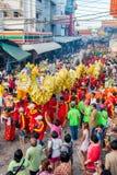 SAMUTSAKHON-THAILAND, O 11 DE MAIO DE 2008: Dragão dourado e fazer do leão Imagens de Stock Royalty Free