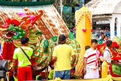SAMUTSAKORN、泰国- 7月27日,龙和人们大小船的T 库存图片