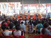 Samutsakorn,泰国- 2018年3月3日:崇拜在寺庙的未认出的拥挤佛教人民 免版税库存图片