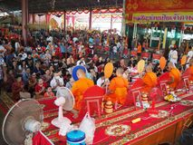Samutsakorn,泰国- 2018年3月3日:祈祷在寺庙的拥挤佛教人民 免版税库存照片