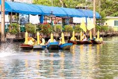 SAMUTSAKORN,泰国- 7月27,小船的游行的Tr许多人民 免版税库存照片